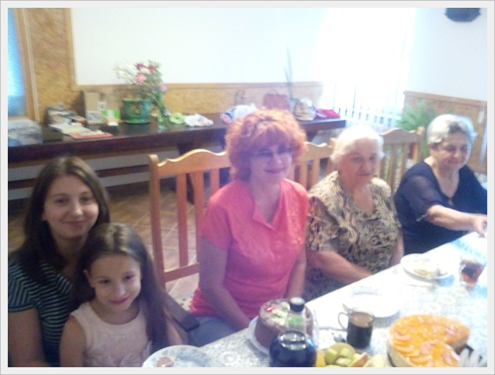 Святкування дня народження Анні.Гості смакують смачний торт.