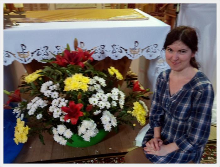 Софія прикрашає квітами вівтар в нашому храмі.